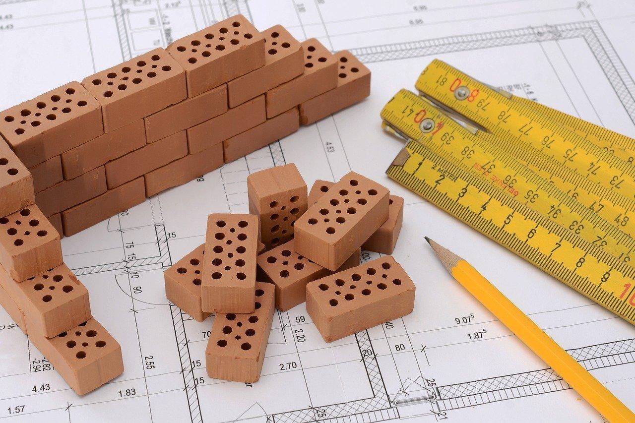 Bild: Zum Bau eines Eigenheims braucht man nicht nur ein Grundstück und Bebauungspläne, sondern auch eine tragfähige Baufinanzierung.