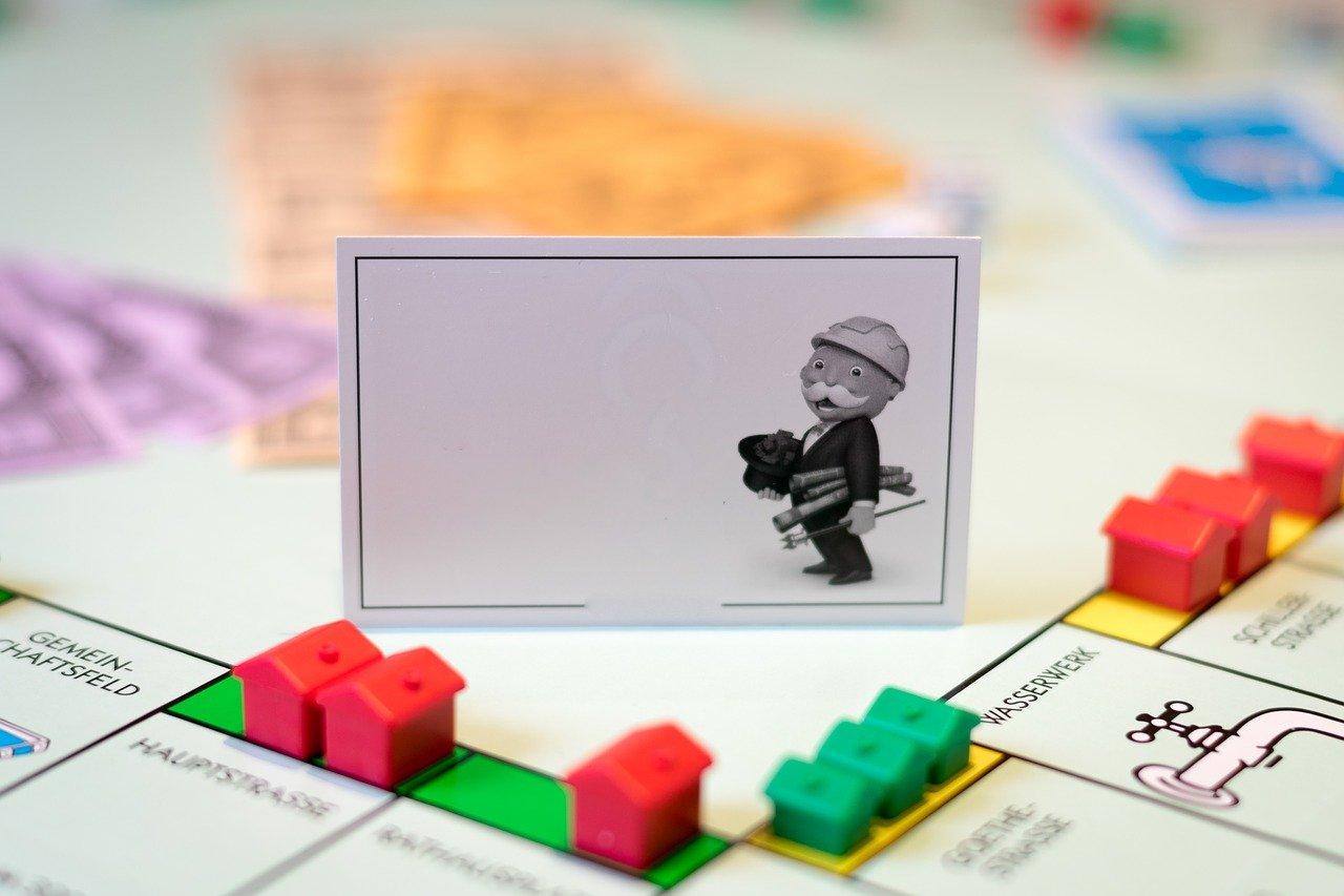 Bild: Immobilienkäufer sehen sich zu Beginn oft wie eine Spielfigur, die sich zwischen Angebot und Nachfrage sowie den variantenreichen Finanzierungsmodellen erst einmal orientieren muss.