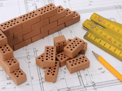Zum Bau eines Eigenheims braucht man nicht nur ein Grundstück und Bebauungspläne, sondern auch eine tragfähige Baufinanzierung.